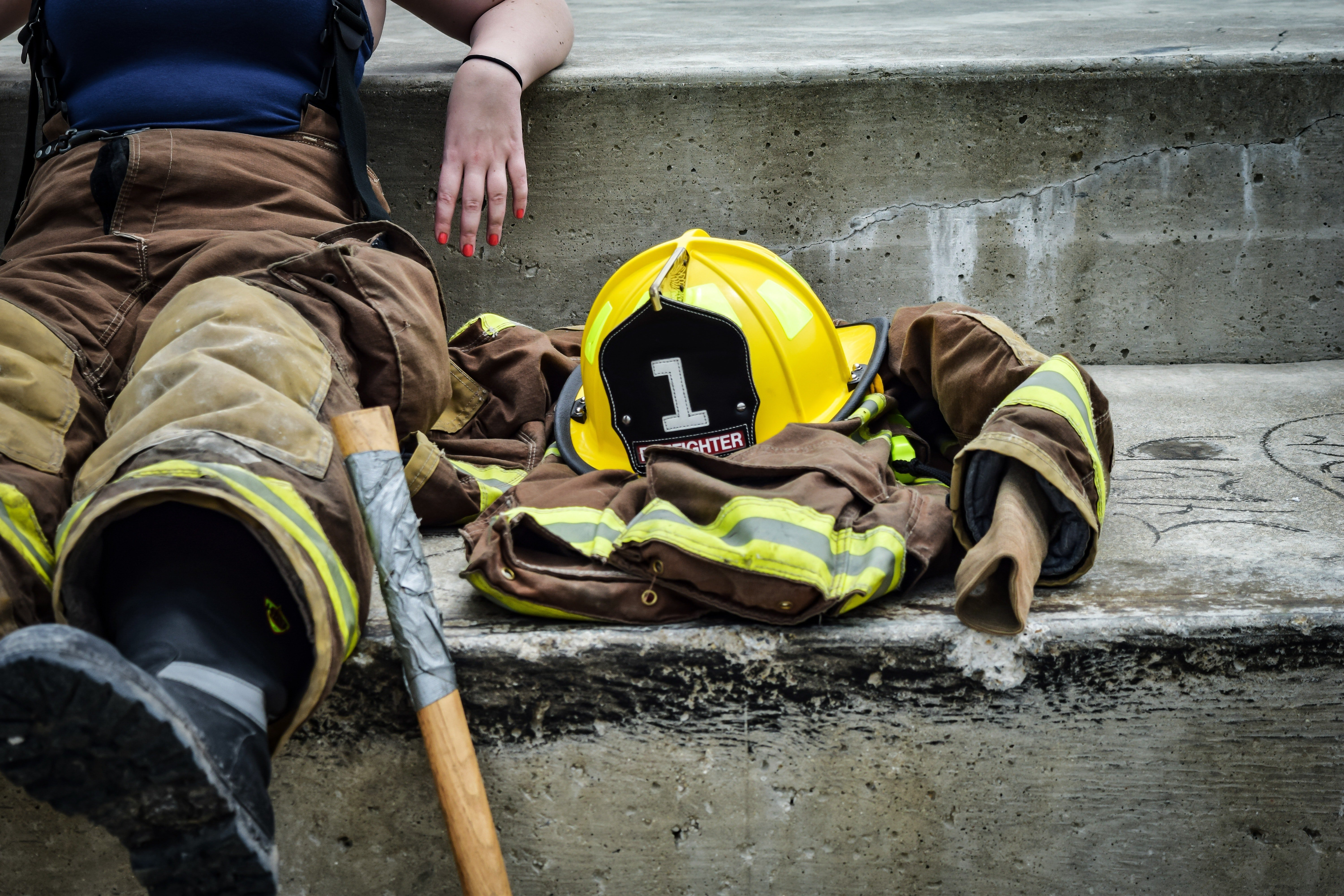 Firefighter sitting on the steps. | Photo : Pexels