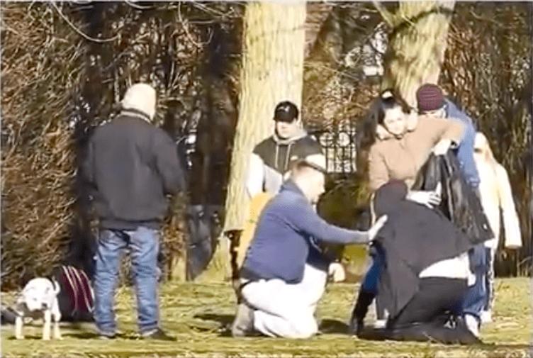 Zeugen bedecken Frau mit eigenen Mänteln - Quelle: YouTube/World Entertainment