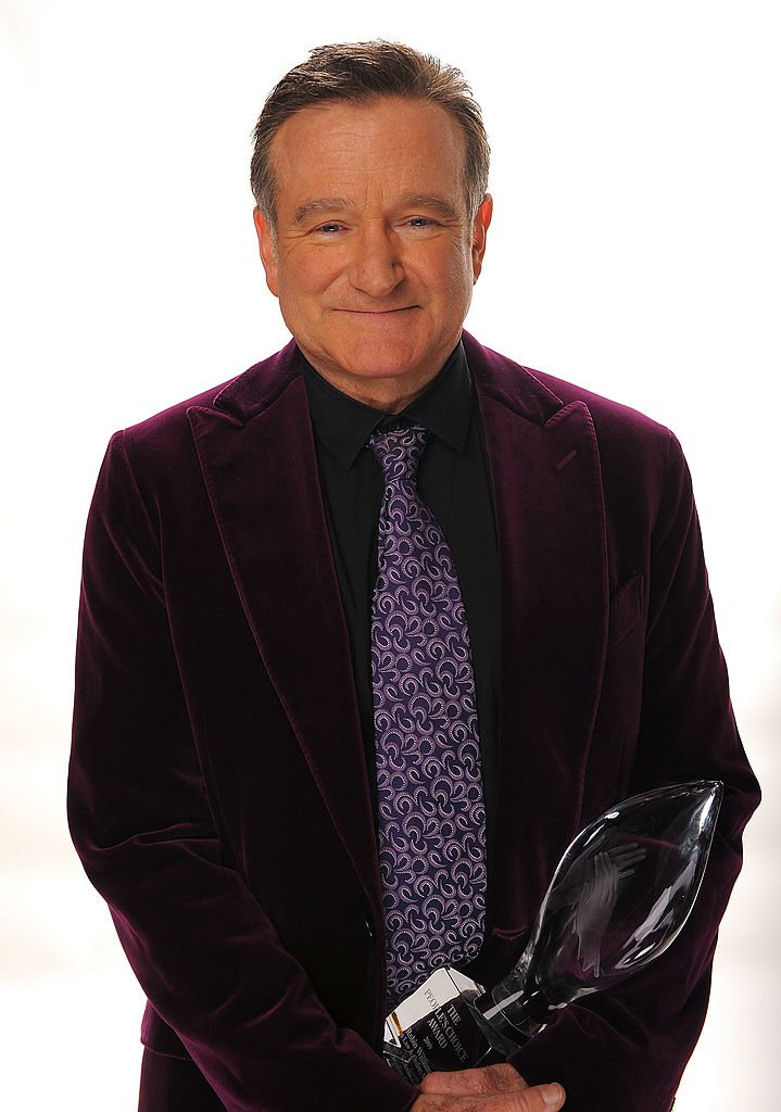 Actor Robin Williams poses for a portrait with his award for Scene Stealing Guest Star during the 35th Annual People's Choice Awards held at the Shrine Auditorium | Photo: Getty Images