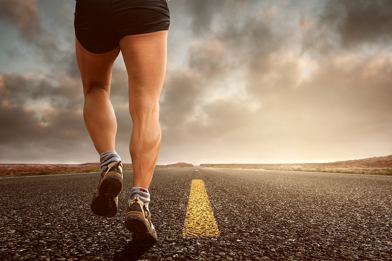 A man jogging in the street while wearing shorts | Photo: Pixabay/kinkate