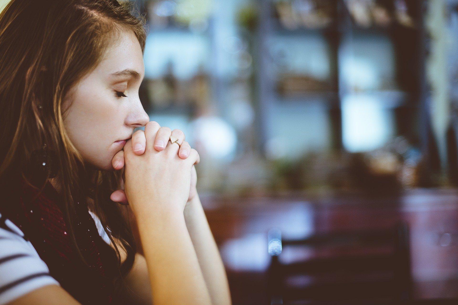 Mujer rezando. Fuente: Pixabay