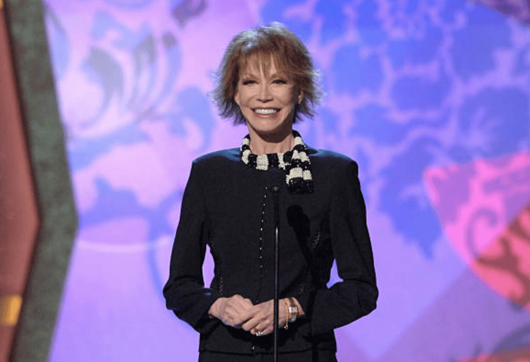 Mary Tyler Moore makes an appearance as a presenter during 4th Annual TV Land Awards, in Santa Monica, California | Source: Getty Images (Photo by L. Cohen/WireImage)