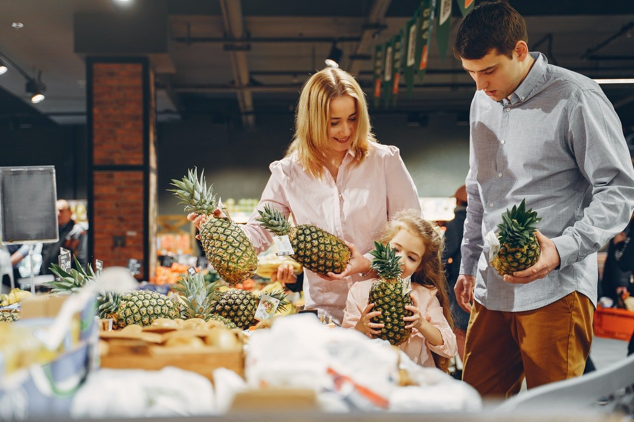 Photo of a lady and a man grocery shopping | Photo: Pexels
