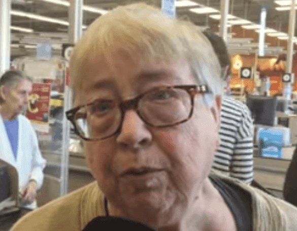Marie-Josée interviewée au supermarché. | Photo: Facebook Watch