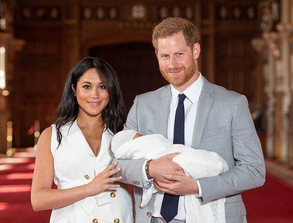 Prince Harry, Duke of Sussex and Meghan, Duchess of Sussex, pose with their newborn son Archie Harrison Mountbatten-Windsor during a photocall in St George's Hall at Windsor Castle on May 8, 2019 in Windsor, England. The Duchess of Sussex gave birth at 05:26 on Monday 06 May, 2019 | Photo: Getty Images