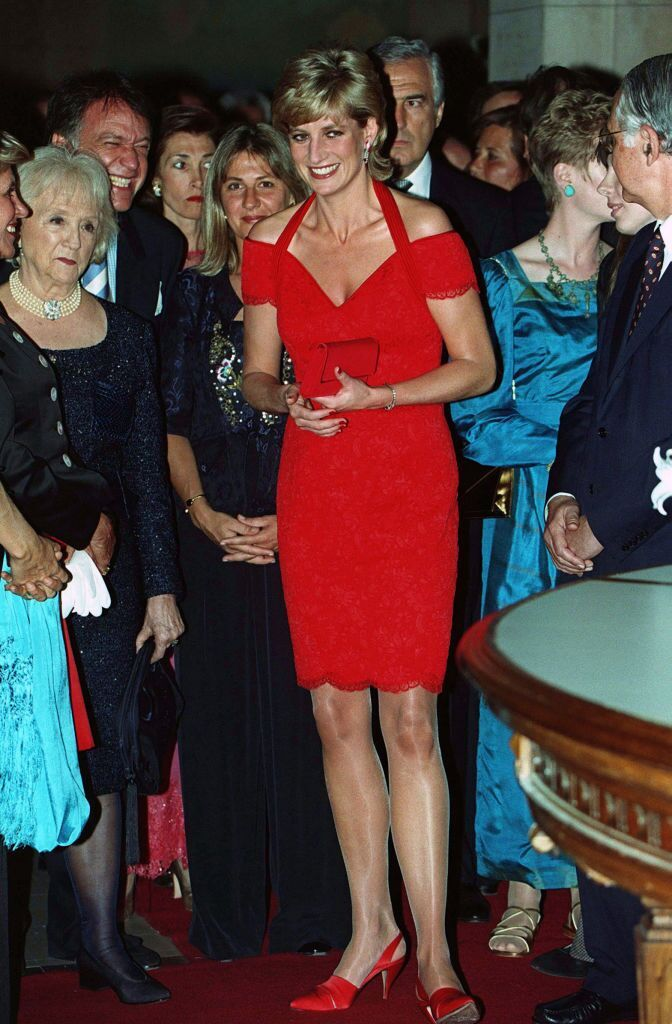 Princess Diana wearing a red dress designed by Catherine Walker attends a dinner in her honor on November 24, 1995, in Argentina | Photo: Anwar Hussein/Getty Images