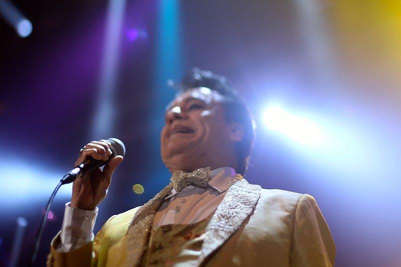 Juan Gabriel presentándose en el Pepsi Center el 26 de septiembre de 2014. | Imagen: Wikipedia