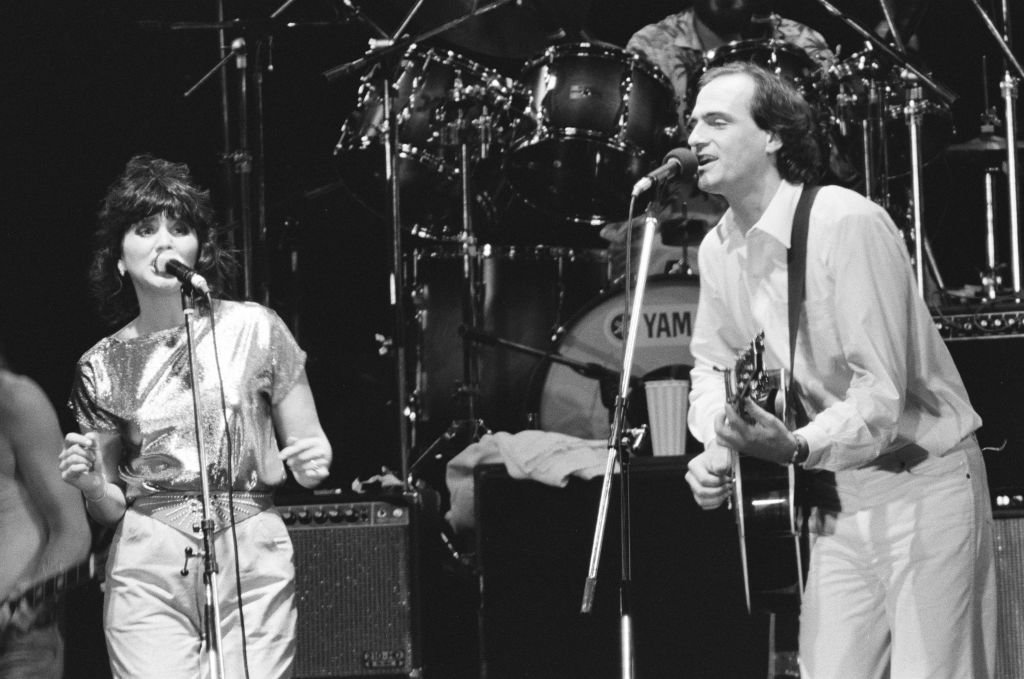 Linda Ronstadt and James Taylor singing at the California Live tour in Kanagawa, Japan on September 11, 1981 | Photo: Getty Images