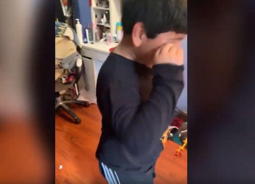 Niño con mano en el ojo. Fuente: YouTube / Caters Clips