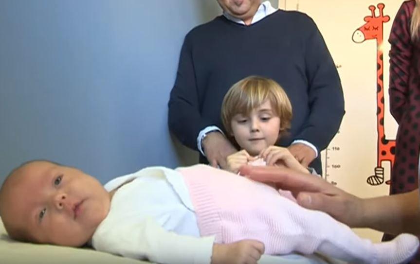 Bebé descansa sobre una camilla. Fuente: Aragon Noticias / YouTube
