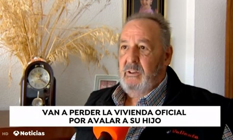 Hombre le habla al reportero. Fuente: Antena 3 Caputa