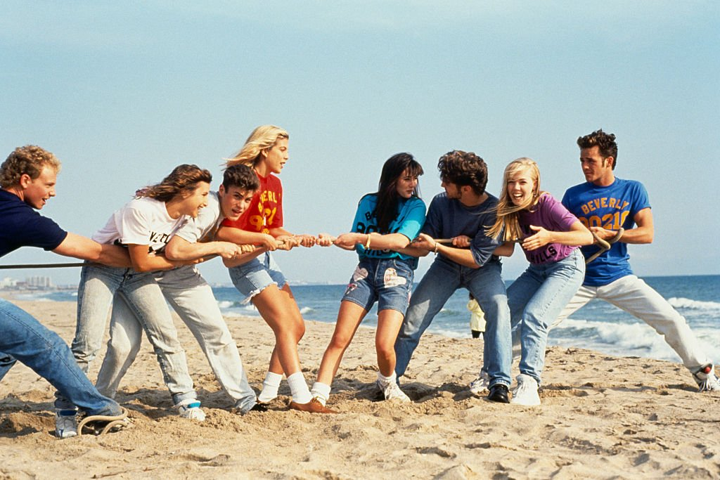 Cast from the television series 'Beverly Hills, 90210' on January 01, 1991 | Photo: Getty Images