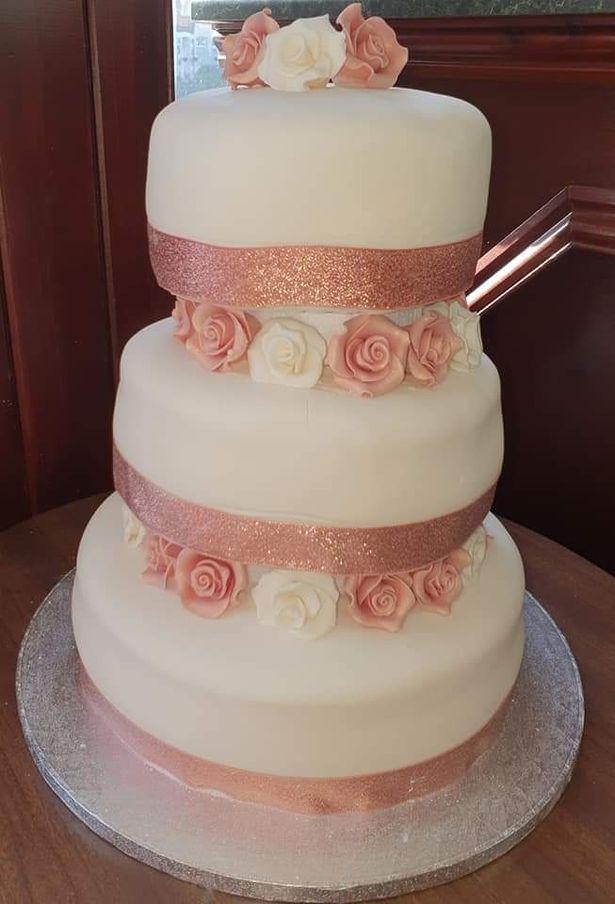 Aleasha a réussi à organiser tout le mariage, y compris ce gâteau de mariage à trois étages pour les invités, sans que Paul le découvre (Source : Facebook Aleasha Pilawa)