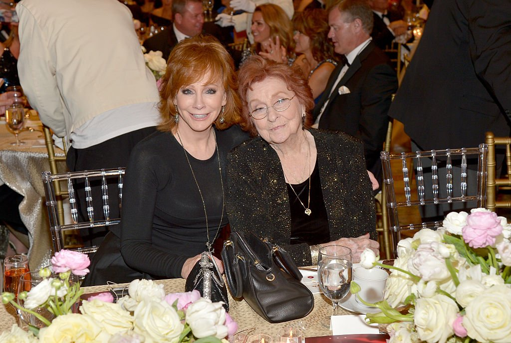 Reba McEntire and Jacqueline Smith attend Muhammad Ali's Celebrity Fight Night XXII on April 8, 2016 in Phoenix, Arizona. | Photo: Getty Images