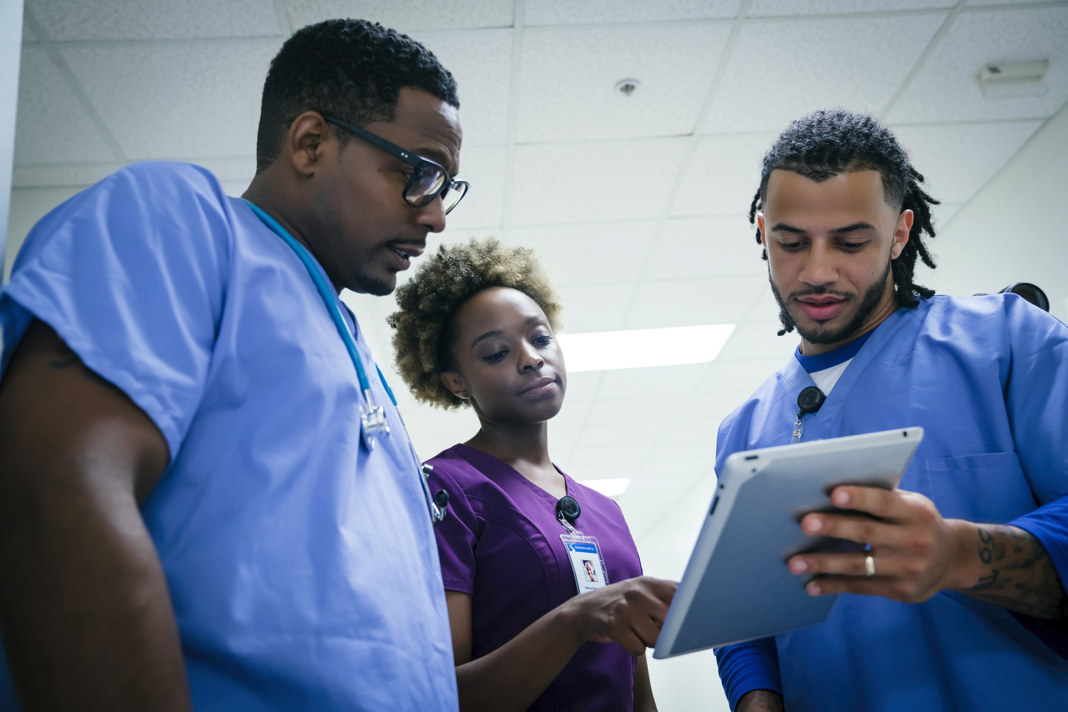 Nurses discussing with a digital tablet   Photo: Getty Images