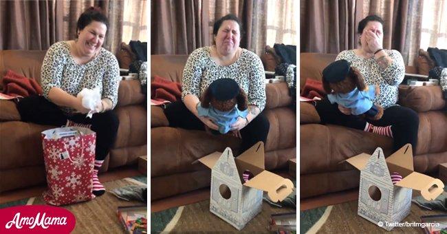 Une mère fond en larmes en ouvrant son cadeau de Noël et en entendant la voix de son fils décédé