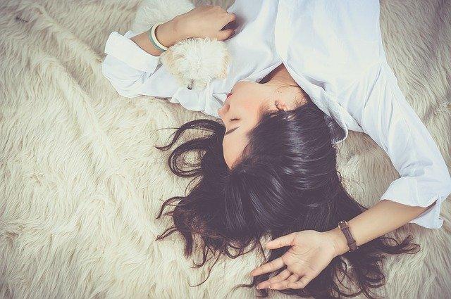 Young woman sleeping | Source: Pixabay