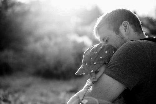 Un enfant serré dans les bras de son papa | Photo: Pexels