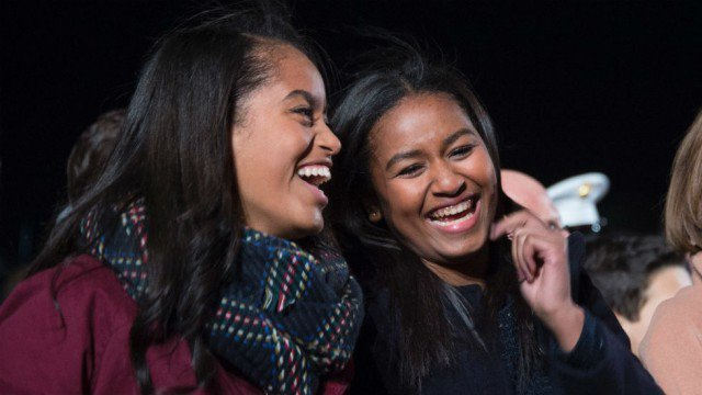Malia and Sasha Obama at the national Christmas tree lighting ceremony in 2015 l Source: Twitter l The Hill