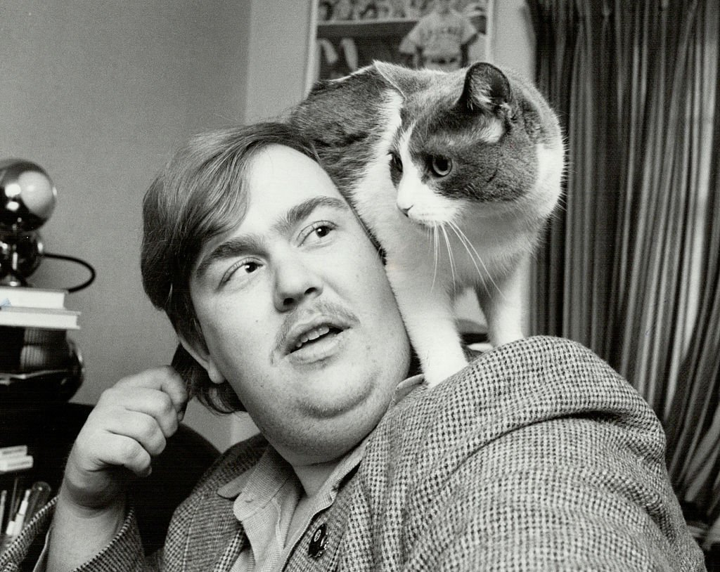 John Candy poses for a photograph with a cat resting on his shoulder on January 21 1980 in Toronto, Canada | Photo: Getty Images