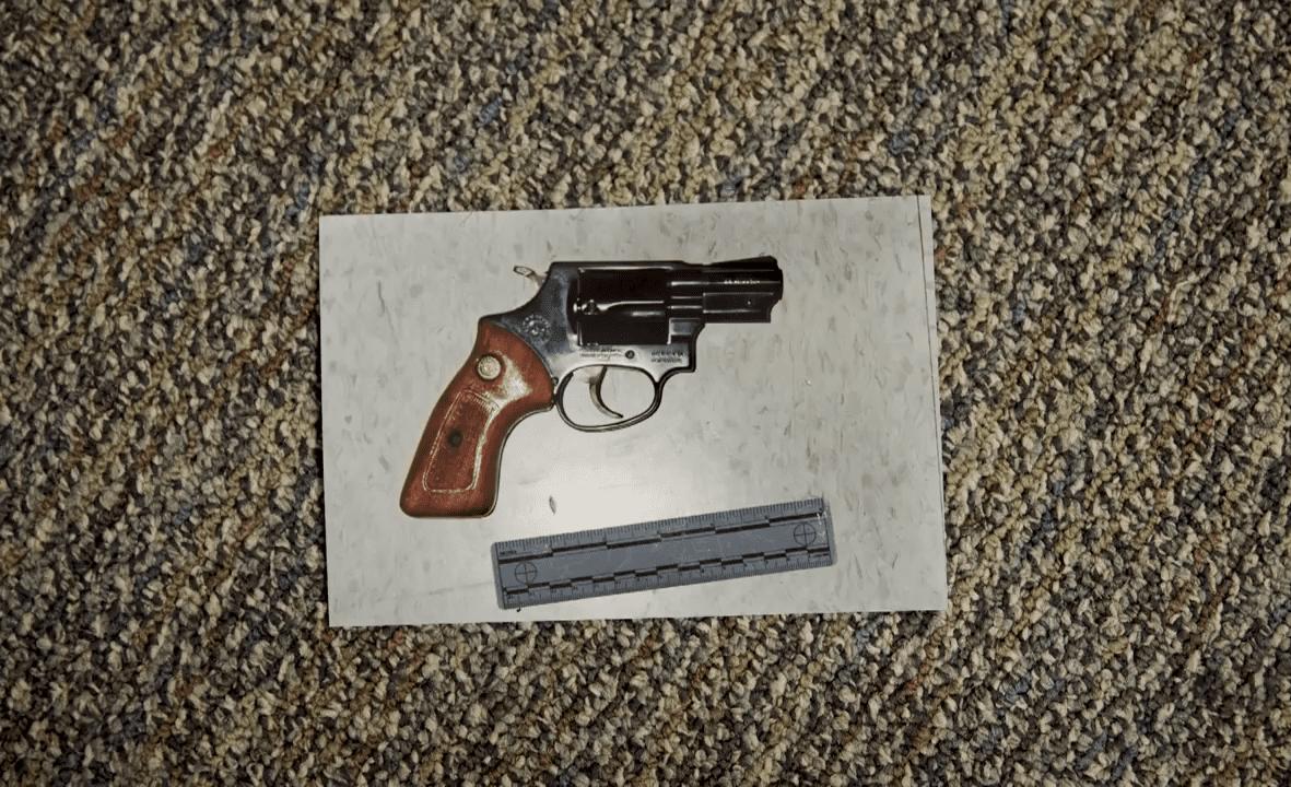 El revólver con el que Yolanda Saldívar mató a Selena. Fuente: YouTube/Univisión