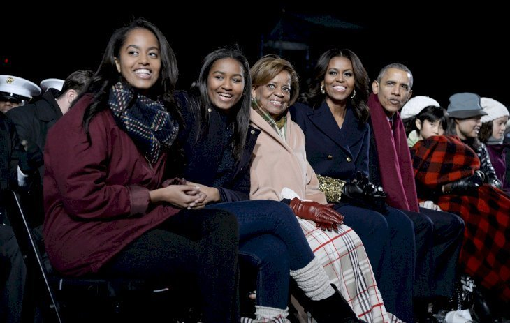 (L-R)Malia Obama, Sasha Obama, Michelle's mom Marian Robinson, Michelle Obama & Barack Obama at the national Christmas tree lighting ceremony in the White House on Dec. 3, 2015. | Photo: Getty Images