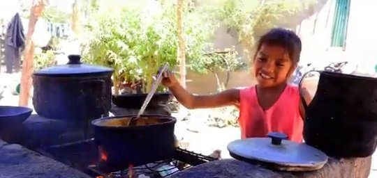 Jennifer prépare la nourriture | Photo : Twitter/Telemax Sonora