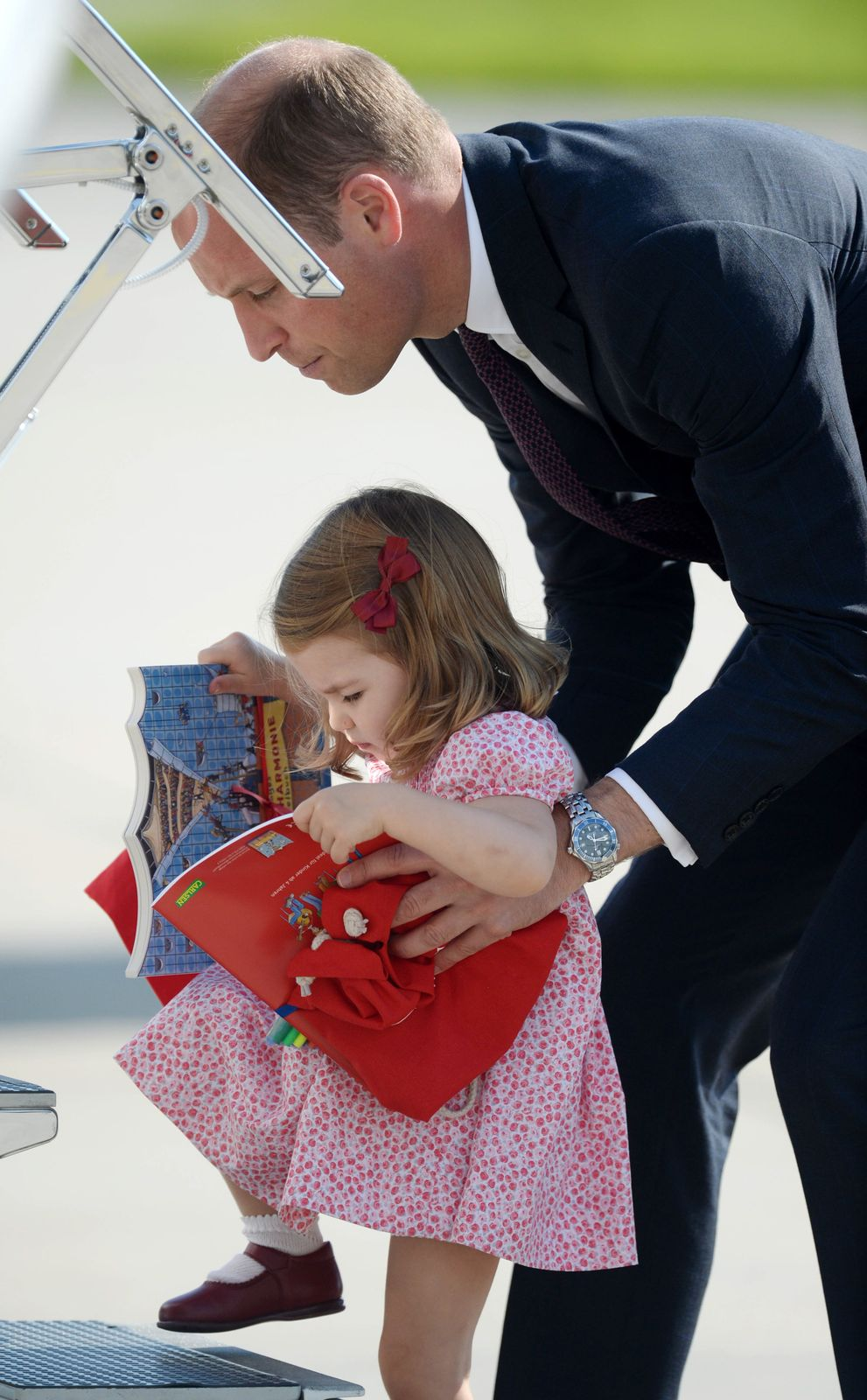 Princess Charlotte and Prince William at Hamburg airport on the last day of their official visit to Poland and Germany on July 21, 2017 in Hamburg, Germany   Photo: Getty Images