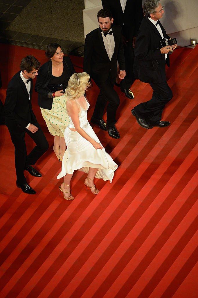 Cécile Cassel montant les marches à Cannes en 2015. l Source : Getty Images