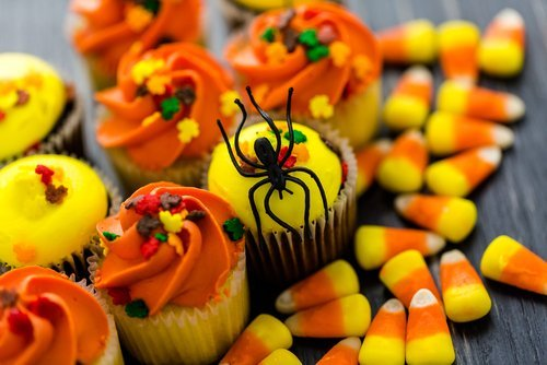 Cupcakes decorated for Halloween in yellow and orange. | Source: Shutterstock.