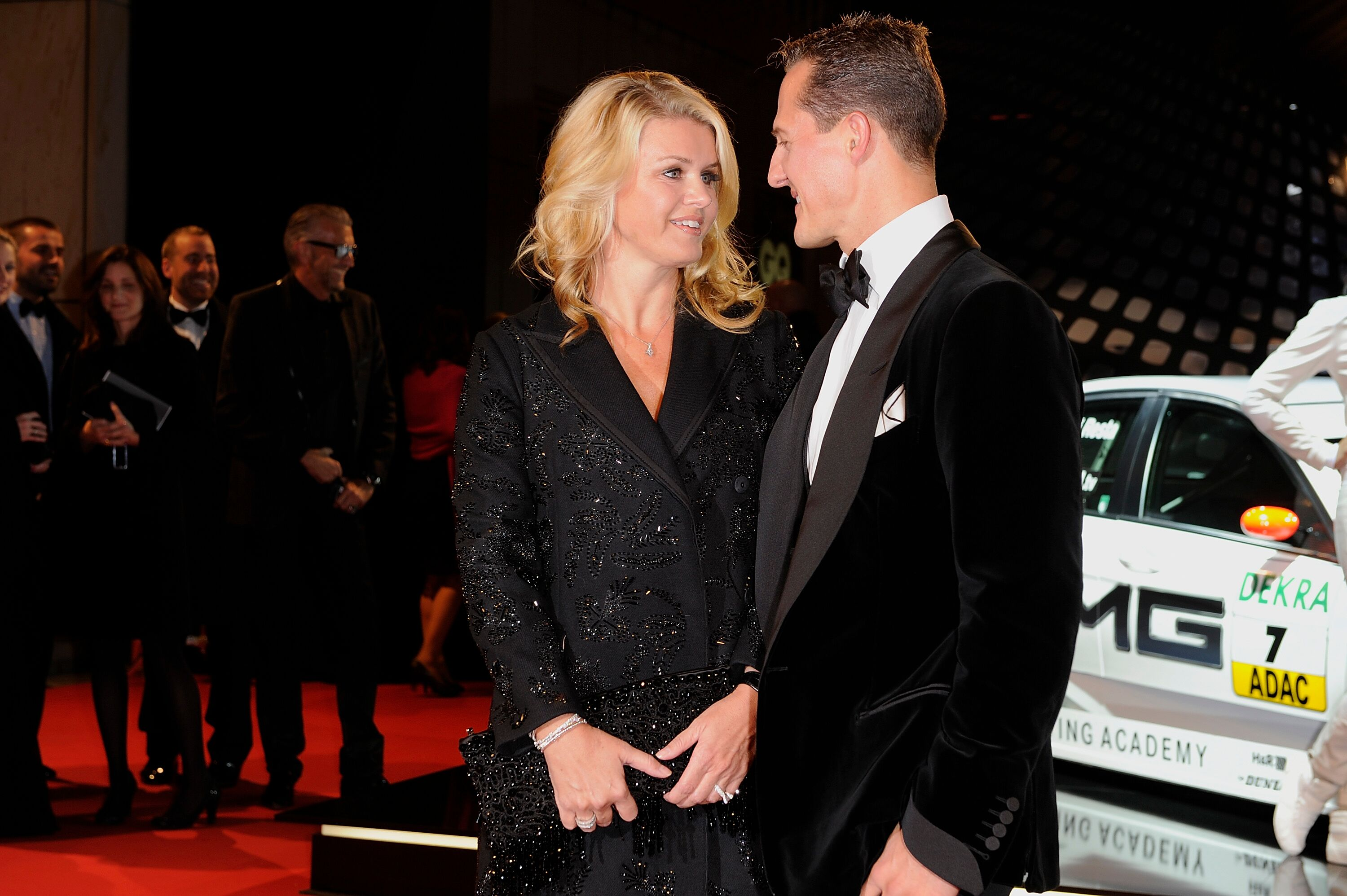 Michael Schumacher et son épouse Corinna Schumacher assistent à la cérémonie de remise des prix GQ Men of the Year 2010 au Komische Oper à Berlin. | Photo : Getty Images