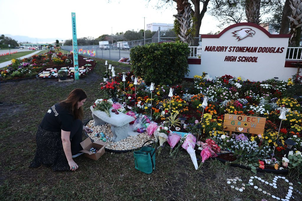 Suzanne Devine Clark visits a memorial setup at Marjory Stoneman Douglas High School for those killed during a mass shooting on February 14, 2018 in Parkland, Florida. | Photo: Getty Images