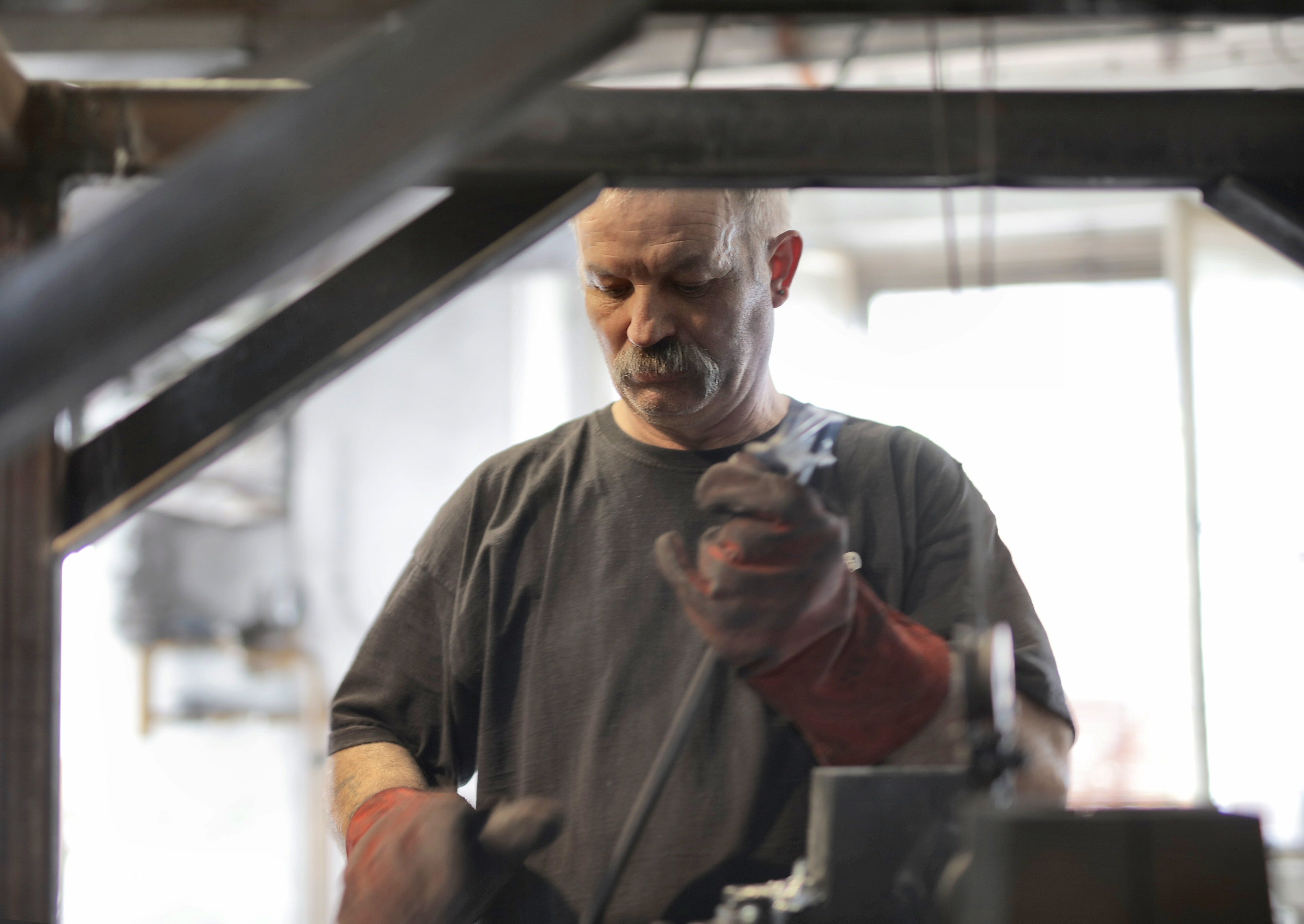 Pictured - An elderly fitter working in a workshop | Source: Pexels