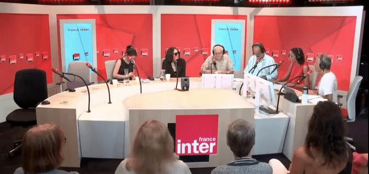 """Béatrice Dalle dans """"La bande originale"""" sur France Inter avec les chroniqueurs.   Capture d'écran Closer"""