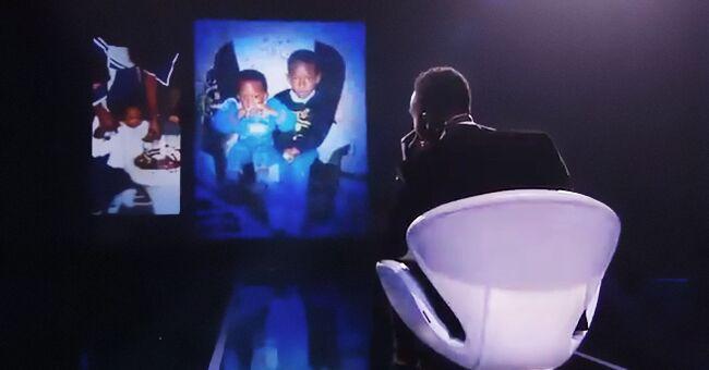 La chanson secrète : Ahmed Sylla en larmes en regardant des photos d'enfance sur l'écran