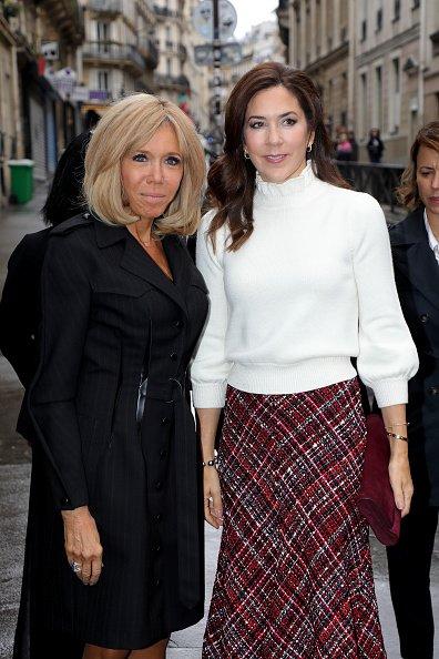 Brigitte Macron, Première Dame de France, accueille la Princesse héritière Mary de Danemark lors d'une visite à l'école Lamartine le 09 octobre 2019 à Paris, France. | Photo : Getty Images