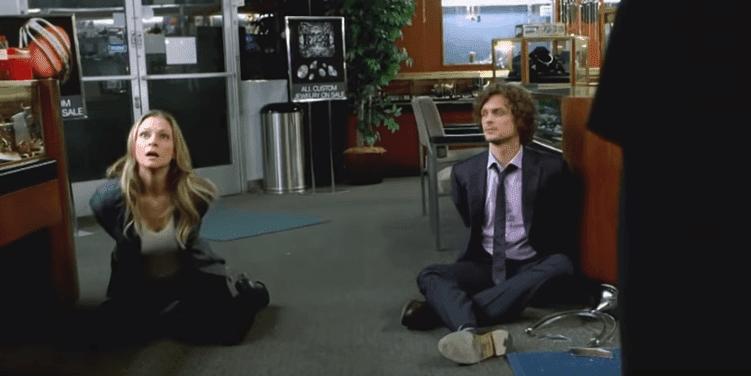 Reid und J.J. als Geiseln auf dem Boden - Quelle: YouTube/ televisionpromosdb