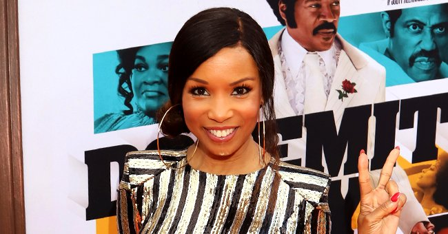 Elise Neal from 'The Hughleys' Flaunts Her Blonde Hair While in a Bright Pink Jumpsuit