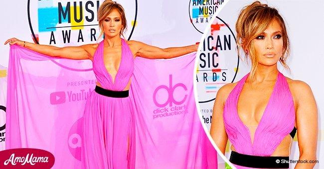 Jennifer Lopez exhibe des muscles dans son haut asymétrique et sa jupe à volants tout en rigolant avec Ellen