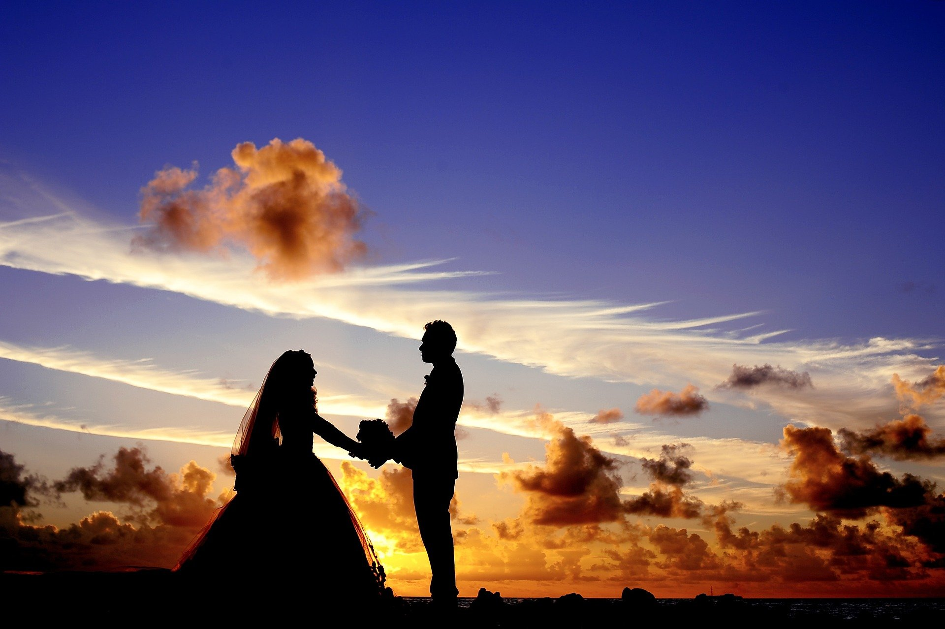 A couple getting married against the sunset. | Source: Pixabay.