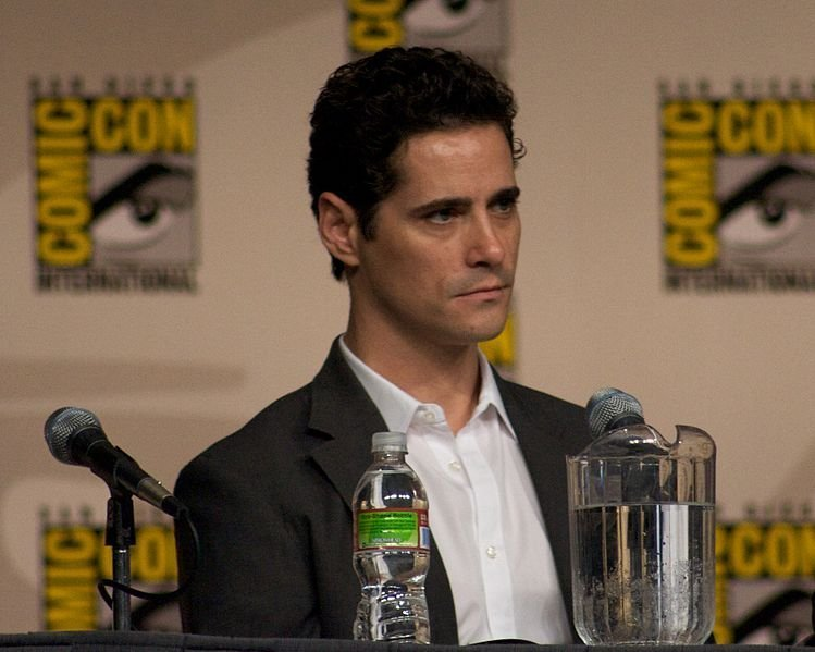 Seth Peterson, listening to a question at the Burn Notice Panel, Comic Con 2009. | Source: Wikimedia Commons
