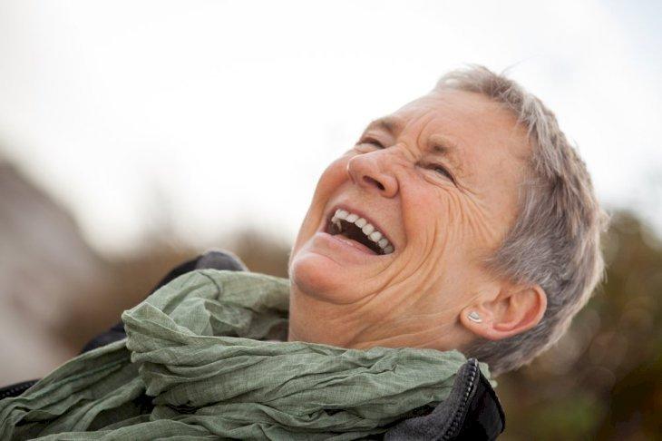 Mujer riendo. | Imagen tomada de: Shutterstock
