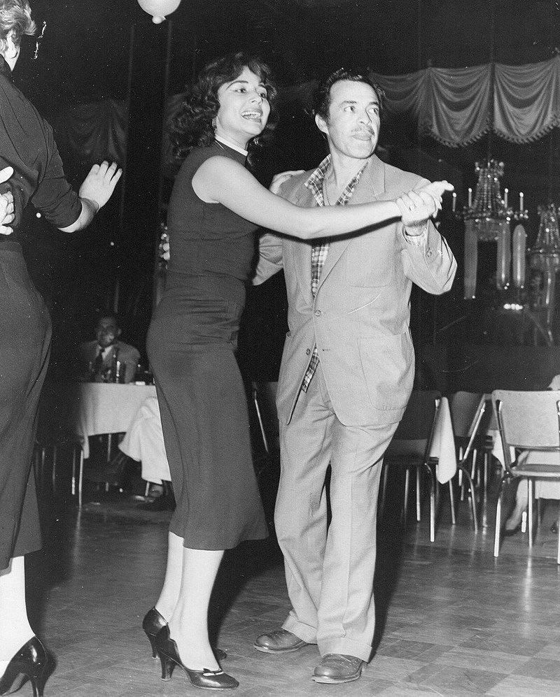 Tin Tan bailando con la cantante y actriz Flor Silvestre, su coprotagonista en ¡Paso a la juventud..! y Escuela de Verano. | Imagen: Wikipedia