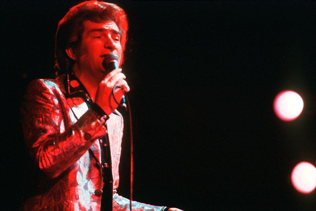 Eddy Mitchell se produit sur scène, Paris, 1975. Photo : Getty Images