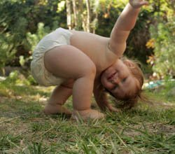 Los bebés disfrutan de estar descalzos. | Foto: Kacie Flegal