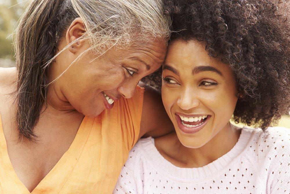 Retrato de madre con hija adulta en el parque. Fuente: Shutterstock