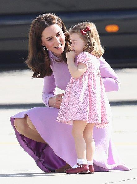 Kate Middleton und Prinzessin Charlotte, Hamburg, Deutschland, 2017 | Quelle: Getty Images