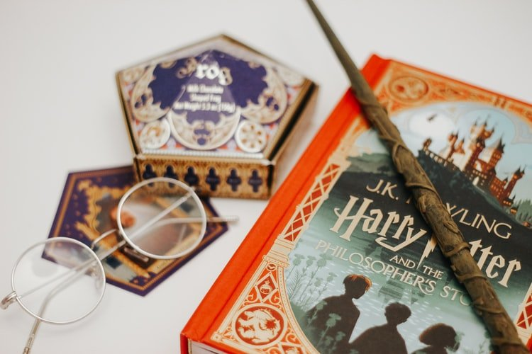 A photo of a wand and a Harry Potter book. | Photo: Unsplash