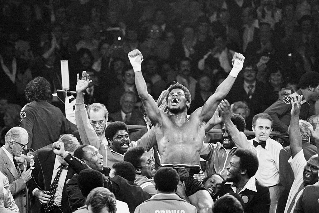 Leon Spinks celebrates after his legendary heavyweight title win against Muhammed Ali on February 15, 1978 in Las Vegas, Nevada. | Source: Getty Images