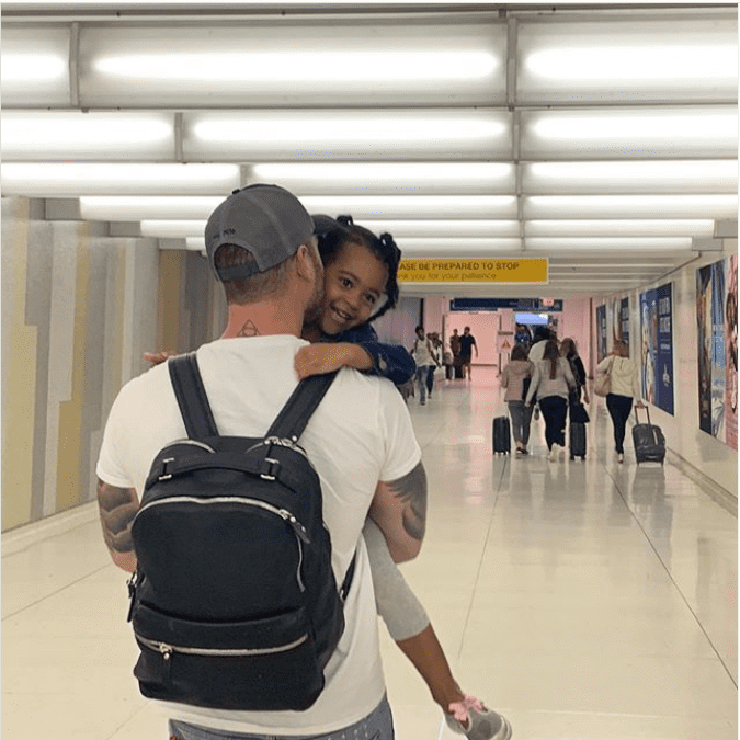 A photo of Chet Hanks carrying his daughter Michaiah in his arms. | Photo: Instagram/Chethanx
